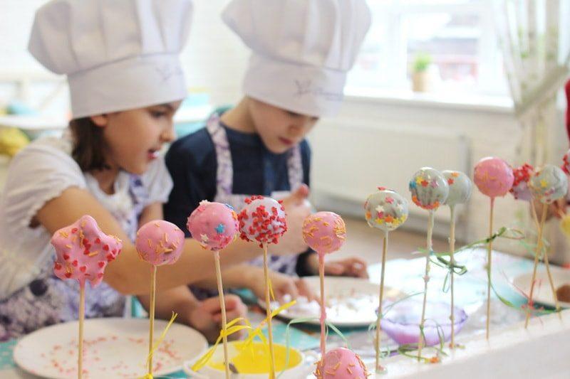 Кулинарный мастер-класс «Шоколадные бисквиты на палочке (Cake pops)»